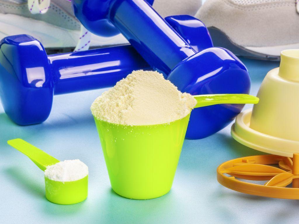 משקולות אבקת חלבון ואבקת קריאטין