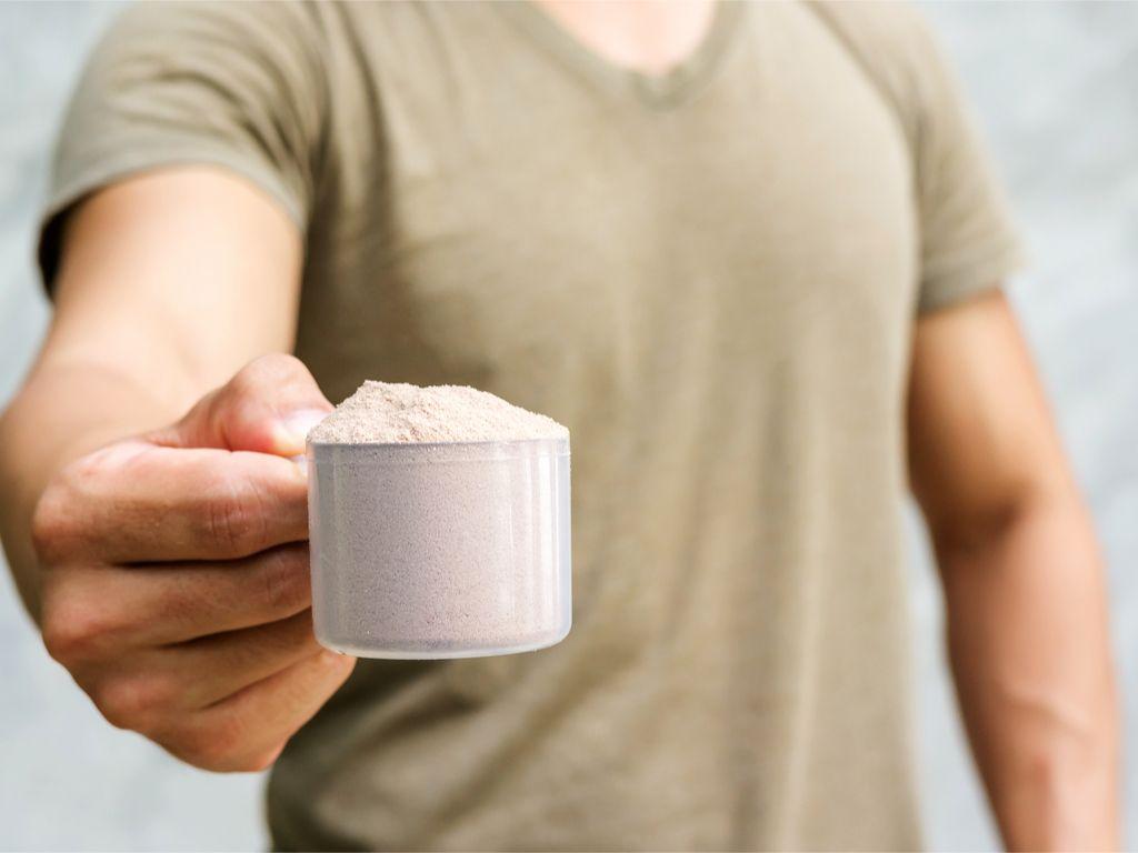 לא על המותג לבדו: כל מה שחשוב לבדוק לפני שקונים אבקת חלבון