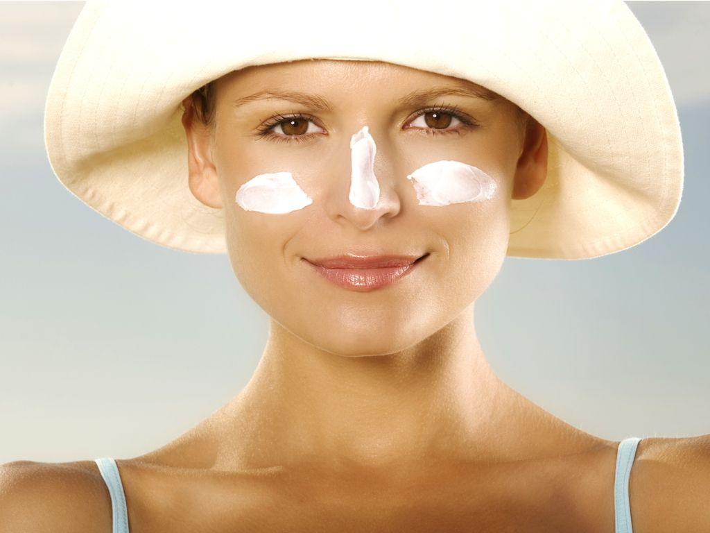 5 דרכי טיפול טבעיים בכתמי שמש על עור הפנים